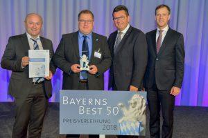 Georg Senftl (Urkunde) und Martin Stadler (Löwe) nahmen den Preis stellvertretend für alle Mitarbeiter entgegen.